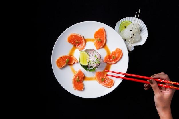 Tataki z łososia z kremowym talerzem z sosem koperkowo-cytrynowym
