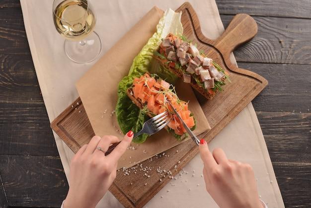 Tatar z łososia i śledzia na kromkach smażonego chleba