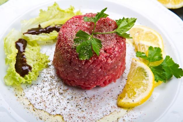 Tatar z mięsa z plasterkiem cytryny