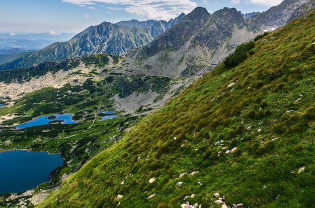 Tatry, polska, widok na grupę jezior polodowcowych z pasma kasprowego wierchu.