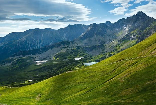 Tatry, widok na dolinę gąsienicową, zespół jezior polodowcowych i świnicę