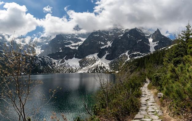 Tatrzański park narodowy, polska. małe góry jezioro morskie oko