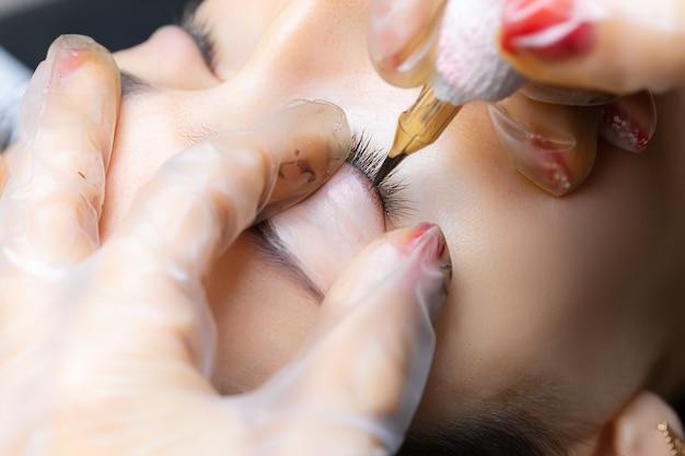 Tatuaż do makijażu permanentnego górnej powieki modelki