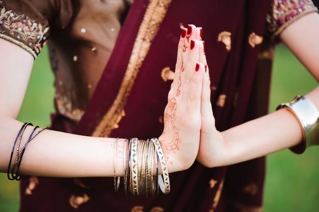 Tatuaż mehndi. ręce kobiety z czarnymi tatuażami henną. narodowe tradycje indii.