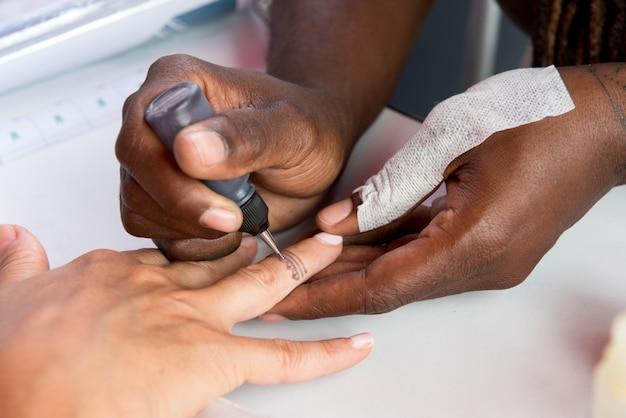 Tatuażysta tatuuje palec kobiety
