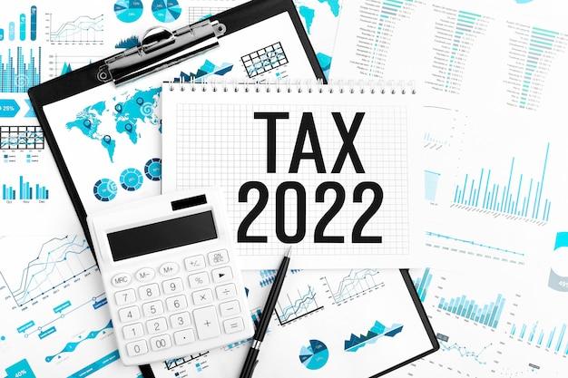 Tax 2022. notatnik, kalkulator, wykres. pomysł na biznes. leżał płasko.
