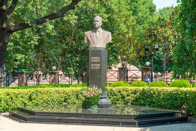 Tbilisi, goergia - 21 lipca 2021: pomnik hejdara alijewa - prezydenta azerbejdżanu. dzielnica abanotubani w tbilisi. podróż