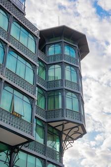 Tbilisi, gruzja - 01 sierpnia 2021: budynek przy alei agmashenebeli w tbilisi. architektura