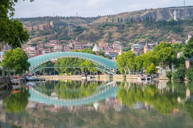 Tbilisi, gruzja - 01 sierpnia 2021: most pokoju w tbilisi. podróż