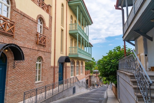 Tbilisi, gruzja - 01 sierpnia 2021: piękny widok na stare tbilisi, abanotubani. podróż