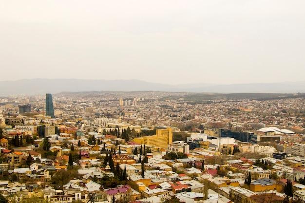 Tbilisi, gruzja - 10 kwietnia 2021: widok na miasto tbilisi i pejzaż miejski, stolica gruzji, stara słynna architektura i budynek