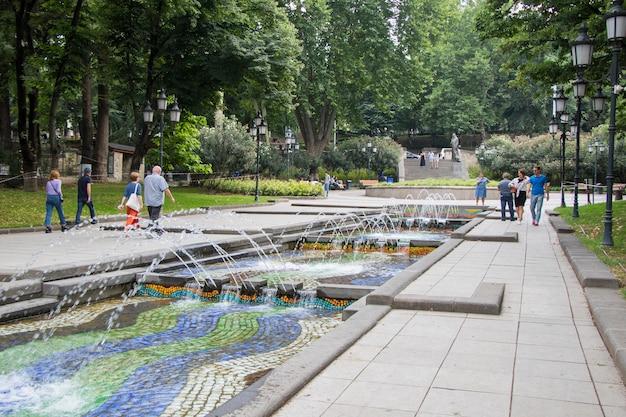 Tbilisi, gruzja - 11 lipca 2021: fontanna w parku