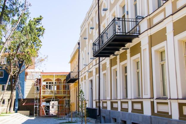 Tbilisi, gruzja - 15 kwietnia 2021: stara słynna architektura zewnętrzna, plac gudiashvili w centrum starego miasta i miasta tbilisi, gruzja.