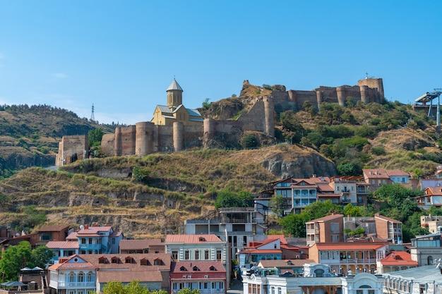 Tbilisi, gruzja - 25 sierpnia 2021: piękny widok na stare tbilisi, abanotubani. podróż