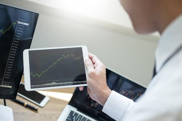 Team investment entrepreneur omawiający i analizujący wykresy handlowe i wykresy na komputerze