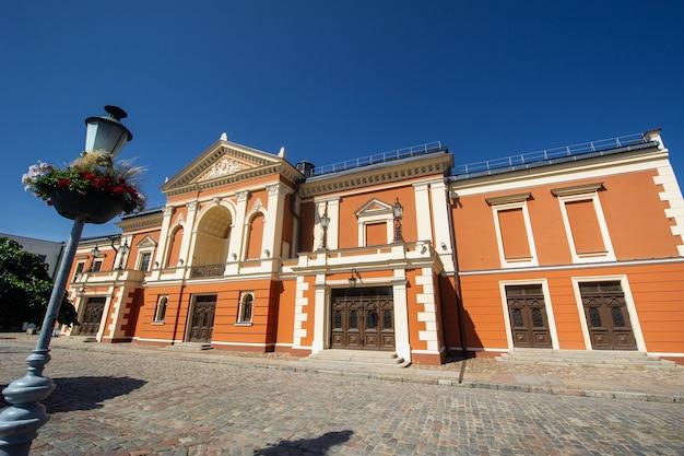 Teatr dramatyczny w centrum starego miasta w kłajpedzie na litwie, nad morzem bałtyckim