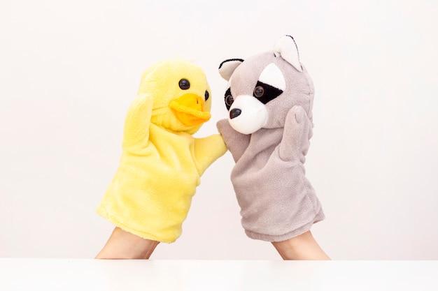 Teatr lalek na białym tle. przyjazne zwierzęta trzymają się za ręce.