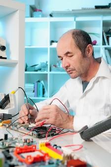 Tech testuje sprzęt elektroniczny