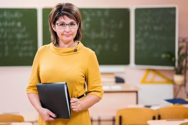 Techer z notatnikiem w klasie