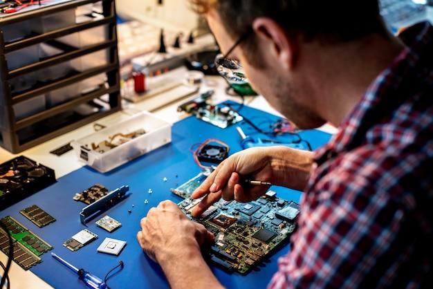 Technicy pracujący na płycie głównej komputera