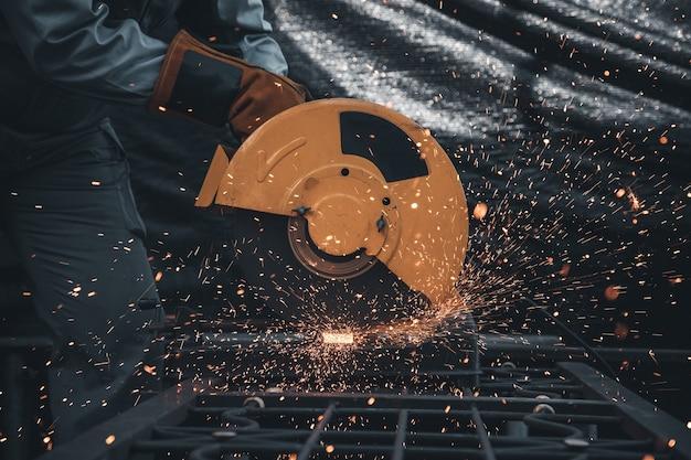 Technicy przemysłowi używają narzędzi do cięcia stali do stosowania w budownictwie lub budownictwie mieszkaniowym