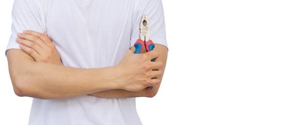 Technik azjatycki mężczyzna ramię crosse i trzymający izolowane szczypce do cięcia drutu