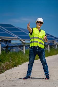 Technik inżynier przeprowadza badania na miejscu w nowej bazie energetycznej.
