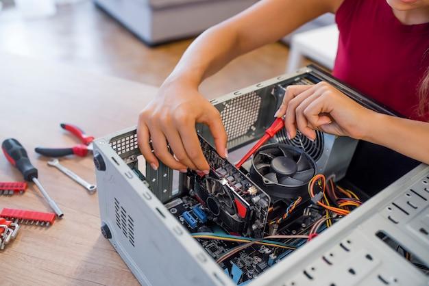 Technik kobiet ustalający komputer w pokoju