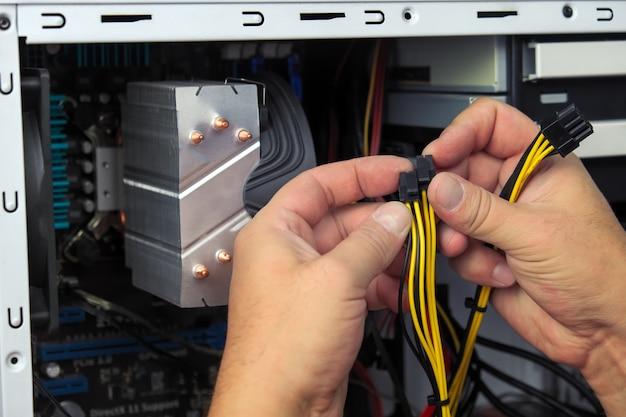 Technik komputerowy składa komputer. zbuduj domowy komputer