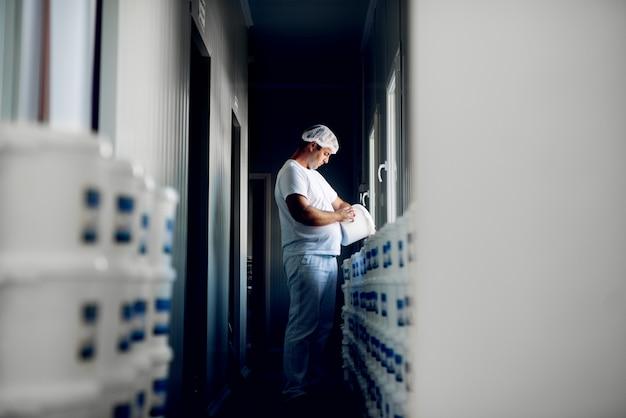Technik laboratoryjny sprawdza specyfikację produktu