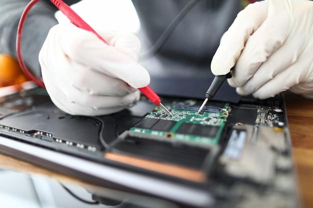 Technik lutuje części do laptopa