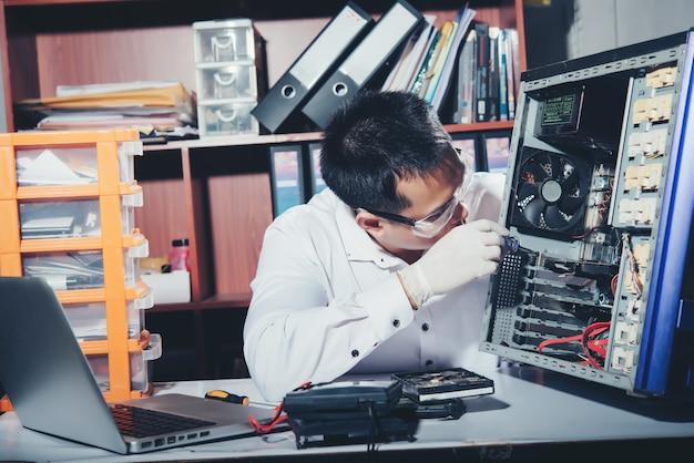Technik naprawia komputer, sprzęt komputerowy, naprawę, aktualizację i technologię