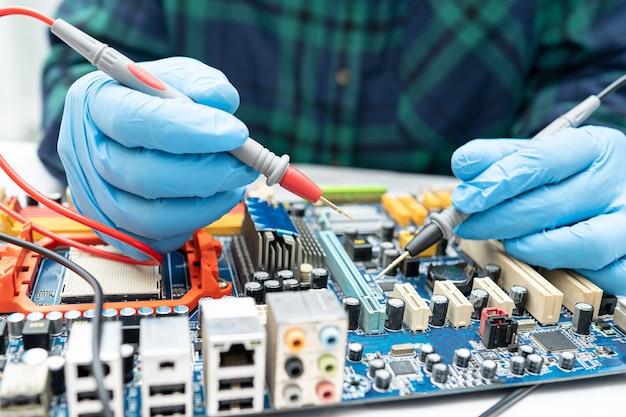 Technik naprawiający wnętrze dysku twardego lutownicą. układ scalony. pojęcie danych, sprzętu, technika i technologii.