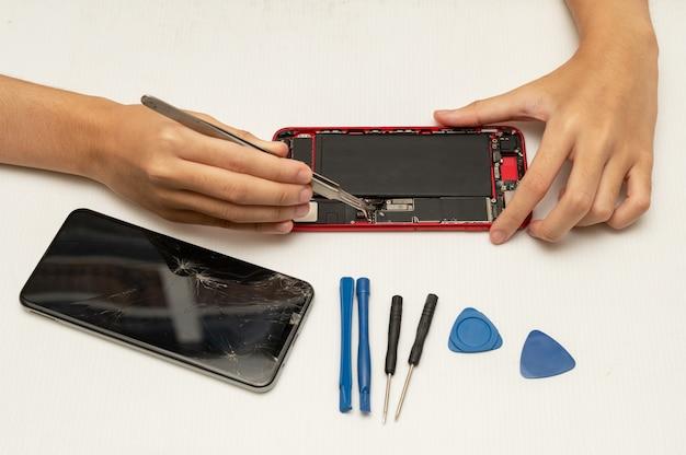 Technik naprawy telefonów komórkowych lub smartfonów