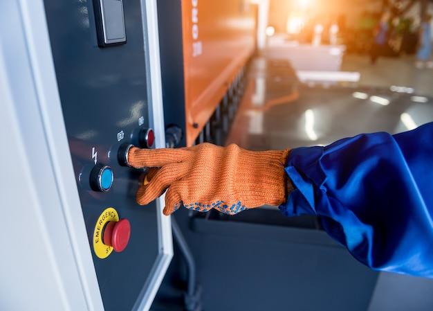 Technik operator korzysta z giętarki hydraulicznej