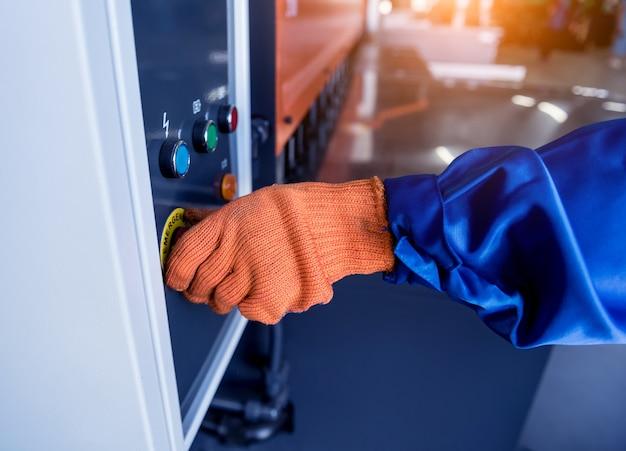 Technik operator obsługujący giętarkę hydrauliczną