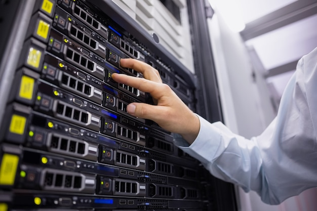 Technik pracuje na wieży serwera