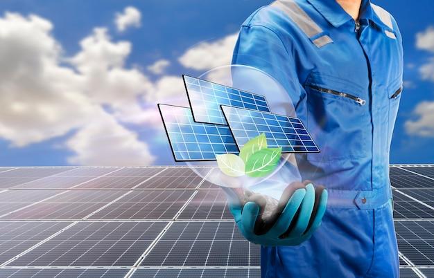 Technik ręka trzyma ikonę ogniwa słonecznego i zielonej rośliny nad koncepcją czystej energii systemu ogniw słonecznych