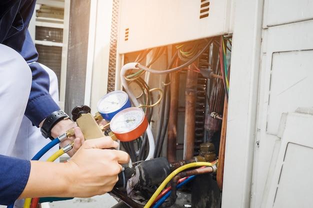 Technik sprawdza klimatyzator