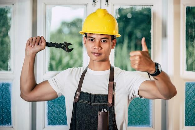 Technik trzyma śrubokręt i trzyma kciuk.
