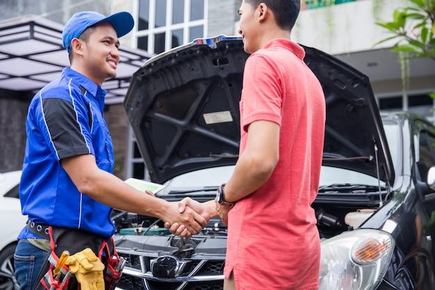 Technik uścisnąć dłoń z klientem