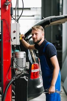 Technik używa wyposażenie przy garażem