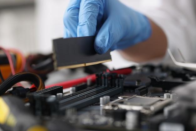 Technik w rękawiczkach diagnozuje zepsutą koncepcję naprawy sprzętu komputerowego