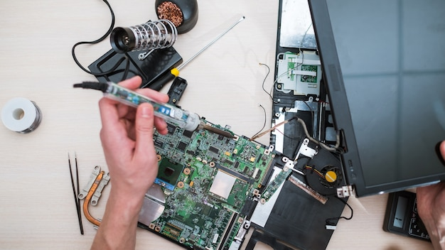 Technologia aktualizacji laptopa. renowacja komputera. poprawiona wydajność. zwiększona pamięć, procesor, koncepcja dysku twardego hdd hd