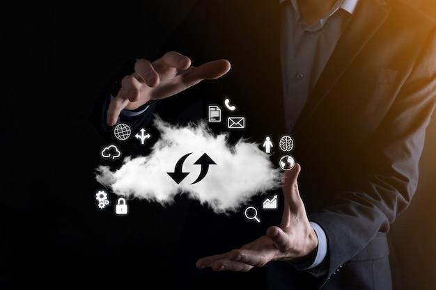 Technologia chmurowa. znak przechowywania w chmurze z dwiema strzałkami w górę iw dół w ciemności. przetwarzanie w chmurze, duże centrum danych, przyszła infrastruktura, cyfrowa koncepcja ai. symbol wirtualnego hostingu.
