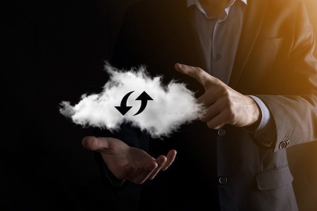 Technologia chmury. wielokątny znak przechowywania w chmurze szkieletowej z dwiema strzałkami w górę iw dół na ciemnym. przetwarzanie w chmurze, duże centrum danych, infrastruktura przyszłości, koncepcja cyfrowego ai. symbol wirtualnego hostingu.