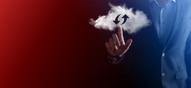 Technologia chmury. wielokątny znak przechowywania w chmurze szkieletowej z dwiema strzałkami w górę iw dół na ciemnym. przetwarzanie w chmurze, duże centrum danych, infrastruktura przyszłości, koncepcja cyfrowego ai. symbol wirtualnego hostingu
