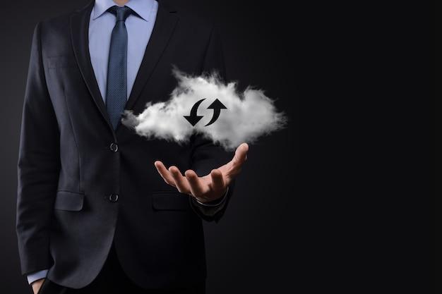 Technologia chmury. wielokątny znak przechowywania w chmurze szkieletowej z dwiema strzałkami w górę iw dół w ciemności. przetwarzanie w chmurze, duże centrum danych, infrastruktura przyszłości, koncepcja cyfrowego ai. symbol wirtualnego hostingu