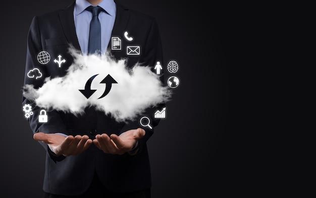 Technologia chmury. znak przechowywania w chmurze z dwiema strzałkami w górę iw dół w ciemności. przetwarzanie w chmurze, duże centrum danych, infrastruktura przyszłości, koncepcja cyfrowego ai. symbol wirtualnego hostingu