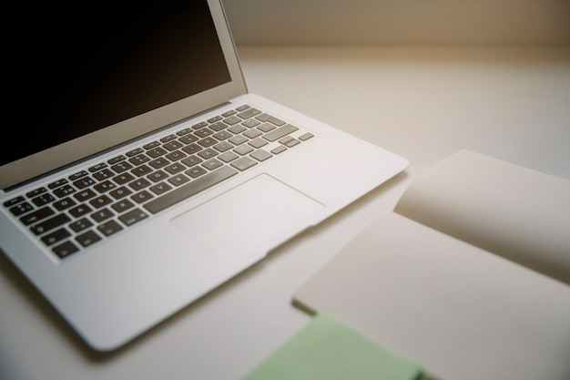 Technologia i biurko koncepcja z laptopa